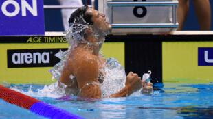 Florent Manaudou célèbre sa victoire sur le 50 m papillon.