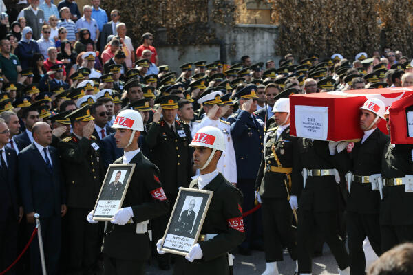 Des soldats turcs portent le cercueil d'un maire tué dans une attaque du PKK dans la province de Tunceli, le 27 septembre 2015