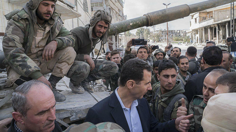 El presidente sirio, Bashar Al Assad, junto a soldados del Ejército sirio en el este de Guta, 18 de marzo 2018.