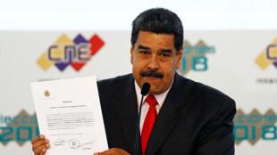 El presidente reelegido de Venezuela, Nicolás Maduro, muestra el certificado otorgado por el Consejo Nacional Electoral (CNE), que lo confirma como ganador de las elecciones del domingo, en Caracas, Venezuela, el 22 de mayo de 2018.