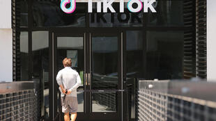 Un homme sur le point d'entrer dans le siège de TikTok à Culver City, en Californie, le 27 août