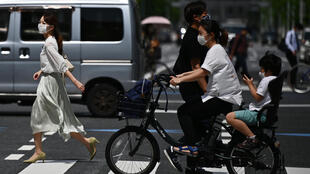 Varias personas circulan por mascarilla por Tokio el 13 de mayo de 2020