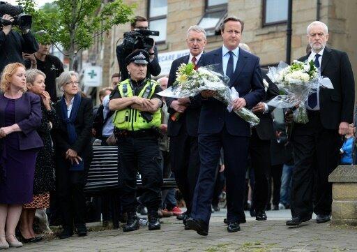 رئيس الوزراء البريطاني (وسط) يضع إكليل زهر تكريما للنائبة جو كوكس في بيرستال في 17 يونيو 2016