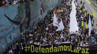 Un grupo de manifestantes sostiene una pancarta durante una protesta contra el asesinato de líderes sociales, en Bogotá, Colombia, el 26 de julio de 2019.