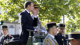 Le chef d'état-major des Armées président français, Pierre de Villers aux côtés d'Emmanuel Macron lors du défilé du 14 juillet 2017 à Paris.
