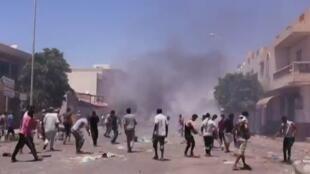 قوات الشرطة التونسية تطلق الغاز المسيل للدموع على محتجين في تطاوين