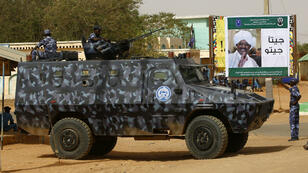 Des forces soudanaises en patrouille à Al-Genaïna, dans l'ouest du Darfour, le 2 avril 2016.