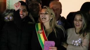 La sénatrice Jeanine Añez salue la foule depuis le palais présidentiel de LaPaz après s'être proclamée présidente par intérim le 12novembre2019.