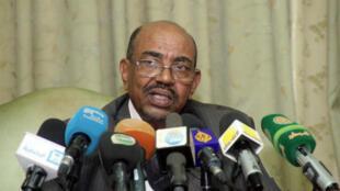 Omar el-Béchir fait l'objet de mandats d'arrêt de la CPI pour crimes de guerre, crimes contre l'humanité et génocide au Darfour.