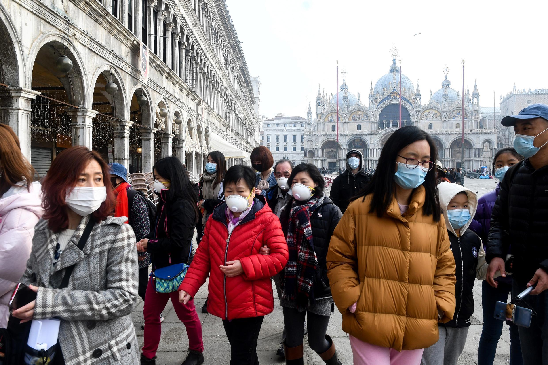 Turistas con máscaras en la Plaza de San Marcos en Venecia, el 24 de febrero de 2020.