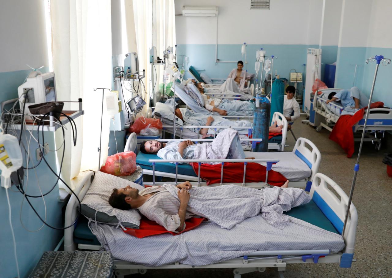 Personas heridas por la explosión son tratadas en un hospital en Kabul.