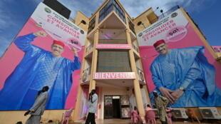Affiches géantes du candidat Mohamed Bazoum au QG du Parti nigérien pour la démocratie et le socialisme (PNDS-Tarayya), à Niamey, au Niger, le 22 décembre 2020.