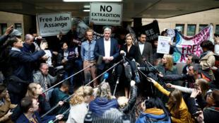 El editor de WikiLeaks, Kristinn Hrafnsson, junto a la abogada Jennifer Robinson durante la declaración que realizaron tras el anuncio de la sentencia contra Julian Assange a 50 semanas de prisión por un tribunal londinense el primero de mayo de 2019.