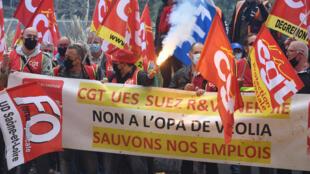 Manifestation de salariés de Suez contre le projet de rachat de Veolia, le 29 septembre 2020 à La Défense