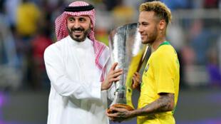 Le Brésilien Neymar reçoit le trophée du Superclasico des mains d'un officiel saoudien, le 16 octobre 2018.