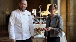 """Catherine Colonna, ambassadrice de France en Italie, accompagnée de Guillaume Gomez, chef des cuisines du Palais de l'Elysée lors de la présentation de """"Goût de France"""" au Palais Farnèse à Rome."""