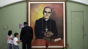 Des visiteurs de la cathédrale de San Salvador observent le portrait de Mgr Romero, le 26 octobre 2014.