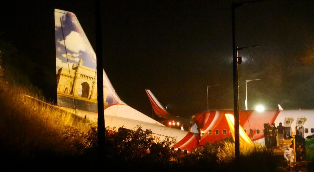 Los socorristas inspeccionan los restos de un avión de Air India Express, que transportaba a más de 190 pasajeros, incluida su tripulación desde Dubai, después de que se estrellara al sobrepasar la pista de aterrizaje del aeropuerto internacional Aeropuerto Internacional de Kozhikode, en Karipur, India, el 7 de agosto de 2020.