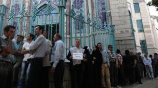 ناخبون يشكلون طابورا في مركز اقتراع في طهران الجمعة 19 أيار/مايو 2017
