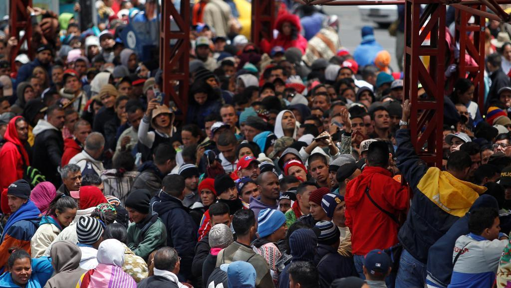 Venezolanos esperan para entrar a Ecuador desde Colombia, en el Puente Internacional Rumichaca, el pasado 9 de agosto de 2018.