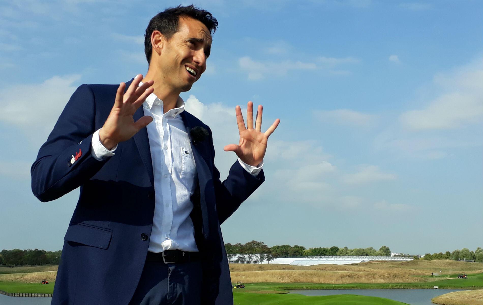 """Mais le golf, c'est surtout une affaire de sport, comme le rappelle le """"green keeper"""" Alejandro Reyes. """"Un gazon irréprochable dans une ambiance de stade"""", l'objectif avoué de l'Espagnol."""