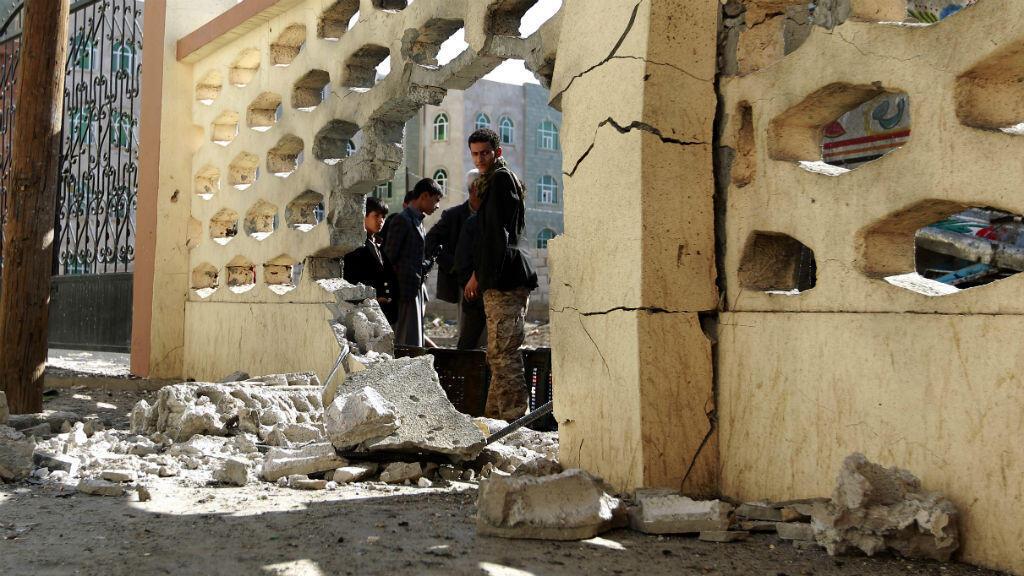 Un carrefour de Sanaa, la capitale du Yémen, après une frappe menée par les forces de la coalition arabe.