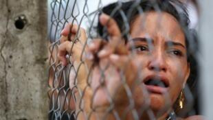 Una familiar de un recluso asesinado espera respuesta de las autoridades. Manaos, Brasil. 27 de mayo de 2019.