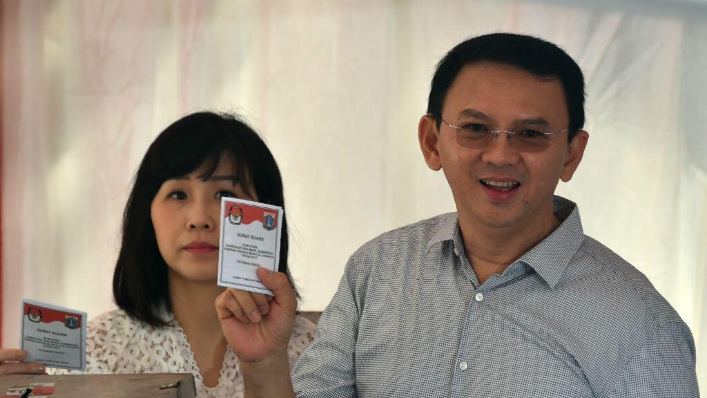 حاكم جاكرتا باسوكي تجاهاجا بورناما الملقب أهوك وزوجته في مركز اقتراع بالعاصمة الإندونيسية في 19 نيسان/أبريل 2017