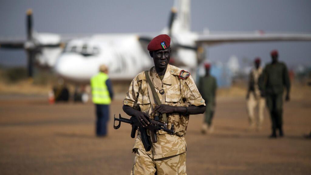 Des soldats à l'aéroport de Juba, où le chef rebelle était attendu samedi 23 avril.