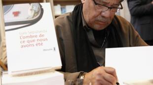 L'écrivain chilien Luis Sepulveda, le 30 mars 2010, lors du salon du livre de Paris.