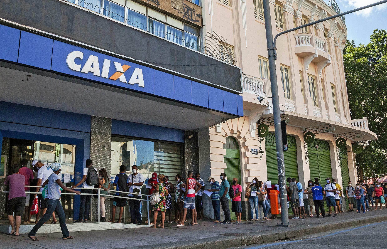 Ciudadanos hacen filas para reclamar ayudas del gobierno ante la pandemia del coronavirus en Rio de Janeiro, Brasil, el 27 de abril de 2020