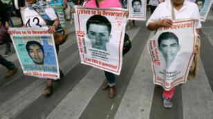 Un grupo de personas se manifesta en rechazo a la desaparición de los 43 estudiantes de Ayotzinapa. 26/2/18