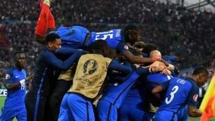 فرحة لاعبي المنتخب الفرنسي بعد تأهلهم لثمن النهائي.