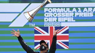 El británico Lewis Hamilton celebra en el podio con el trofeo del Gran Premio de Eifel, el 11 de octubre de 2020 en el circuito de Nürburgring,  Alemania
