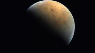 صورة وفرتها وكالة الفضاء الاماراتية في 14 شباط/فبراير تظهر الصورة الأولى لكوكب المريخ التقطها مسبار الأمل بعد دخوله مدار الكوكب الأحمر