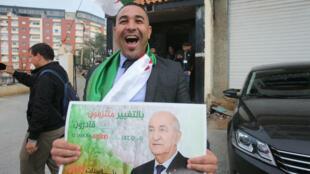 Un seguidor de Abdelmadjid Tebboune celebra su victoria como presidente electo en Argel, Argelia, el 13 de diciembre de 2019.