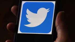 Esta imagen ilustración de archivo muestra el logotipo de Twitter en la pantalla de un teléfono móvil, el 27 de mayo de 2020 en Arlington, Virginia