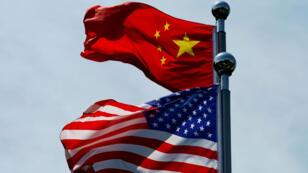 Las banderas de China y Estados Unidos ondean cerca del Bund, antes de que la delegación comercial de EE. UU. se reuniera con sus homólogos chinos para conversar en Shanghái, China, el 30 de julio de 2019 (imagen de archivo).