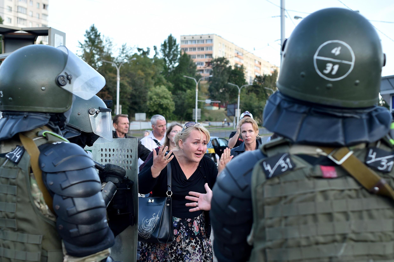 La policía de bielorrusa se enfrenta a partidarios de la oposición tras las controvertidas elecciones presidenciales del 9 de agosto.