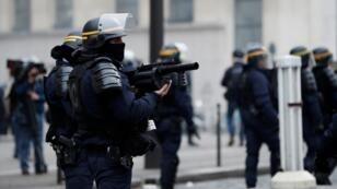 """رجال شرطة فرنسيين في جادة الشانزليزيه خلال مظاهرة """"للسترات الصفراء"""" - 8 ديسمبر/ كانون الأول 2018"""