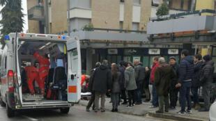 Ambulancia atiende a uno de los heridos tras tiroteo en Macerata, Italia. 3 de febrero de 2018.