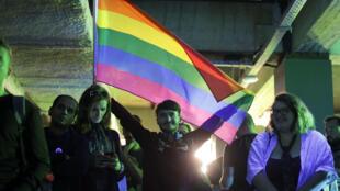Los activistas a favor de los derechos homosexuales reaccionan durante un evento organizado por el grupo LGBTQIA+ MozaiQ en el centro de Bucarest, Rumania, el 7 de octubre de 2018.