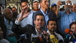 """Juan Guaido, """"président par intérim"""" du Venezuela, lors d'un discours après des consultations avec les syndicats de fonctionnaires à Caracas, le 5 mars 2019."""