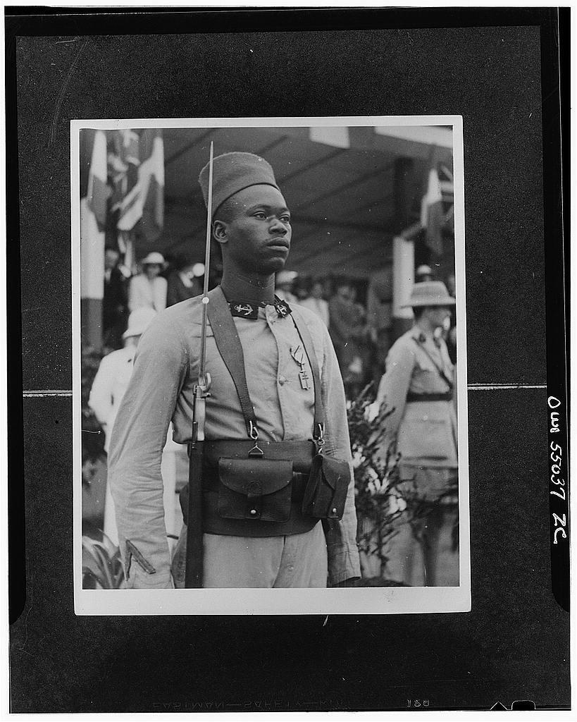 Un tirailleur qui a reçu la Croix de l'Ordre de la Libération par le général de Gaulle, à Brazzaville.