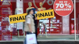 El gobierno alemán adoptó en junio un plan de 130.000 millones de euros (USD 152.000 millones) para impulsar el consumo a través de una disminución del IVA y una ayuda a las familias de 300 euros (USD 350) por cada hijo