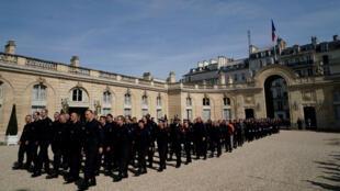 Les pompiers arrivent à l'Élysée avant la rencontre avec Emmanuel Macron, le 18 avril 2019, à Paris.