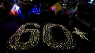 En Manila, Filipinas, decenas de personas agruparon lámparas para darle forma al número 60 como símbolo de la Hora del Planeta el 24 de marzo de 2018.
