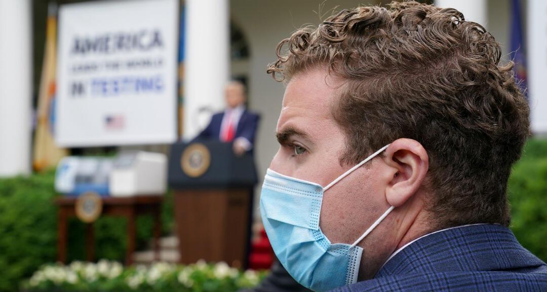 Un miembro del personal de la Administración Trump durante una rueda de prensa del presidente en la Casa Blanca. Washington, Estados Unidos, el 11 de mayo de 2020.