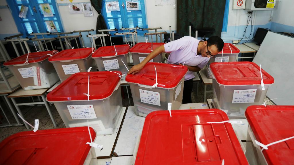 Los apoderados de las elecciones tunecinas preparan los colegios electorales