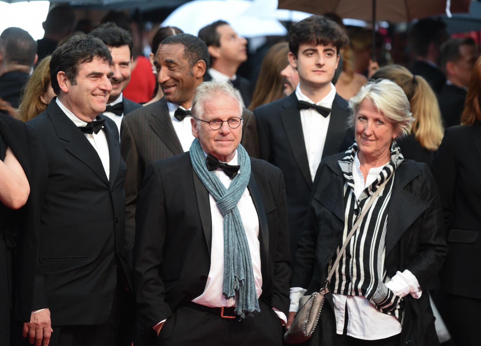 El político franco-alemán Daniel Cohn-Bendit se prepara para subir los escalones con su compañero en la película 'Mai 68', Romain Goupil, y su esposa Ingrid Apel.